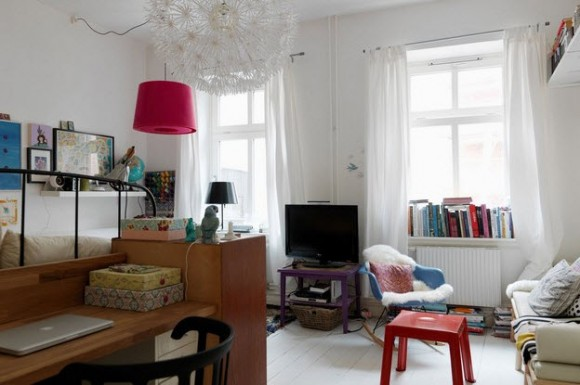 Small Two-Room Apartment With Lots of Colorful Stuff_6