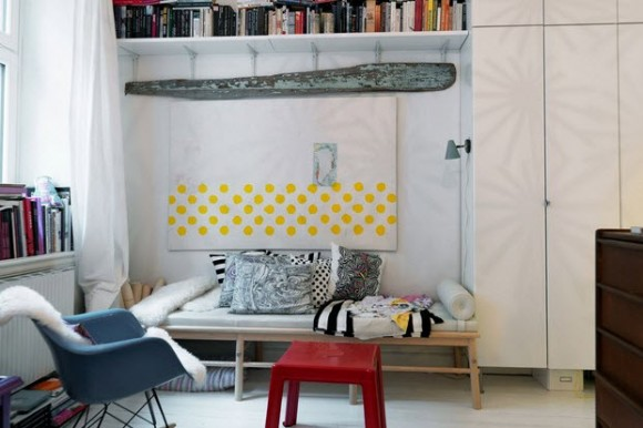 Small Two-Room Apartment With Lots of Colorful Stuff_7